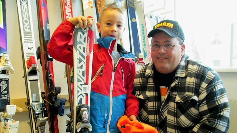 Lucaz och Mikael Björk lånar skidor på Fritidsbanken.