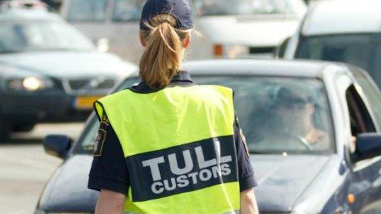 Tullpersonal kontrollerar bilar i Göteborg Foto: Tullverket