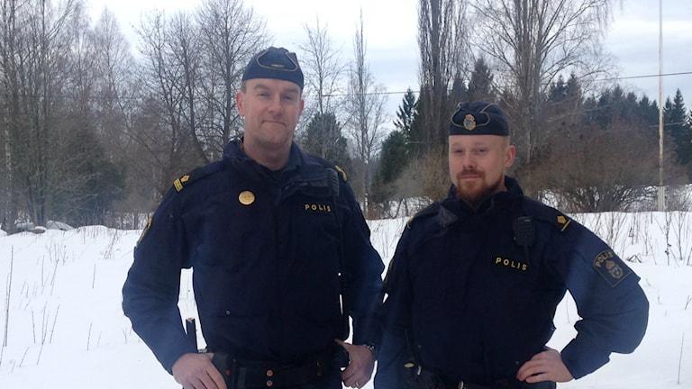 Poliser vid mordplatsen i Månsarud Foto: Pernilla Wadebäck/ P4 Skaraborg