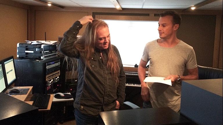 Thomas G:son och Magnus Carlsson i studion utanför Skövde.