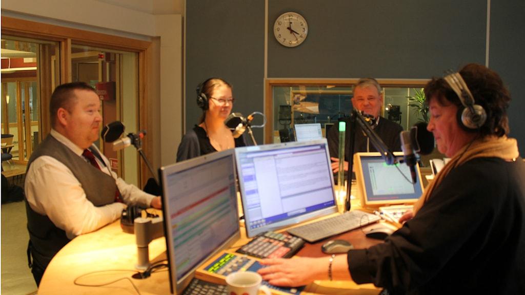 Börje Andersson, Cicci Michael och Anders Ahlenius i Nyhetspanelen tillsammans med programledaren Ewa Ohlsson.