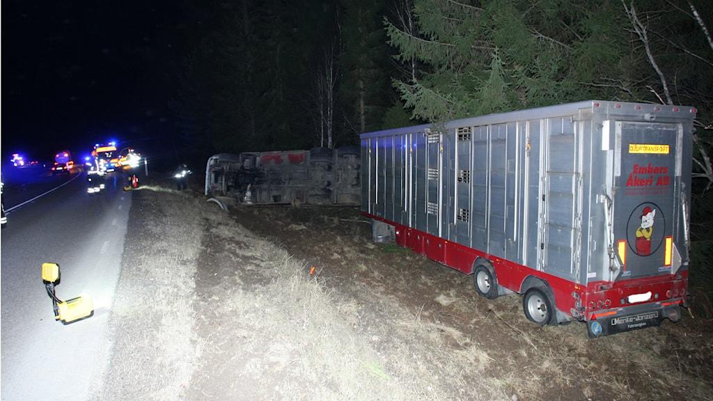 Lastbilen vid sidan av vägen