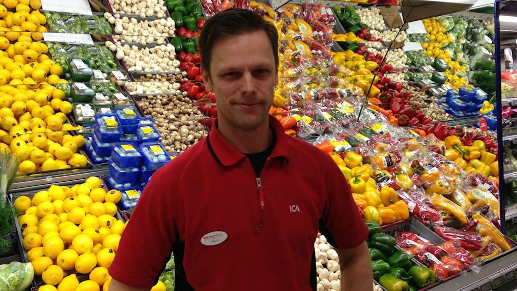 Kalle Sahlén butikschef på Ica i Hjo. Foto: Jenny Josefsson P4 Skaraborg Sveriges Radio