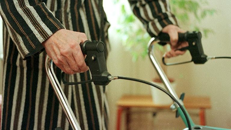 Äldre person med rullator. Foto Bertil Persson / TT