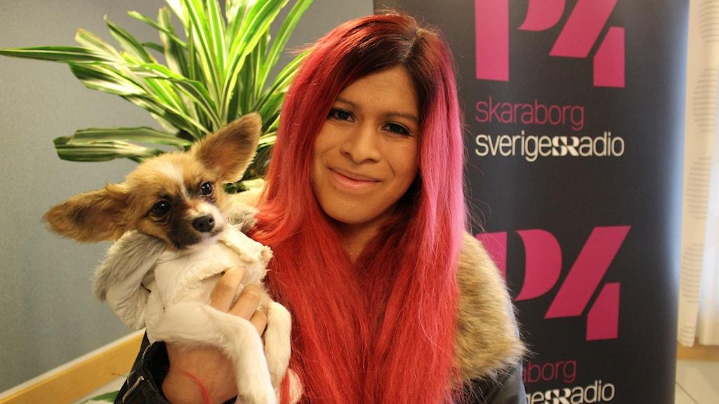 Molly Nilsson med sin hund Gucci.
