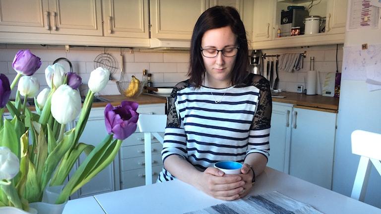 Emma Larsson i sitt kök. Foto: Mats Öfwerström / Sveriges Radio