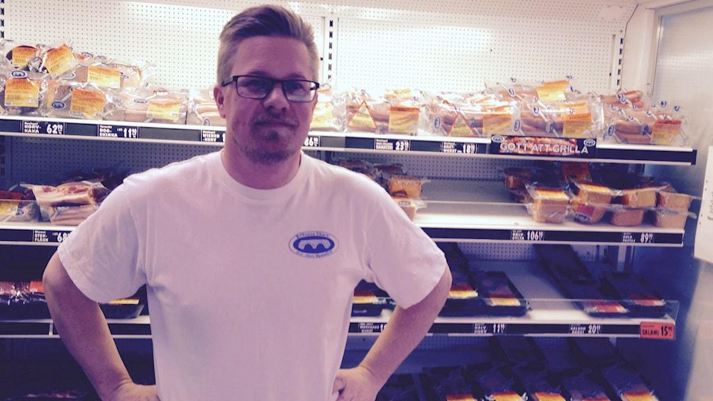 Gustav Erikson, VD på Eriksons chark, levererar kött till kommunen idag.