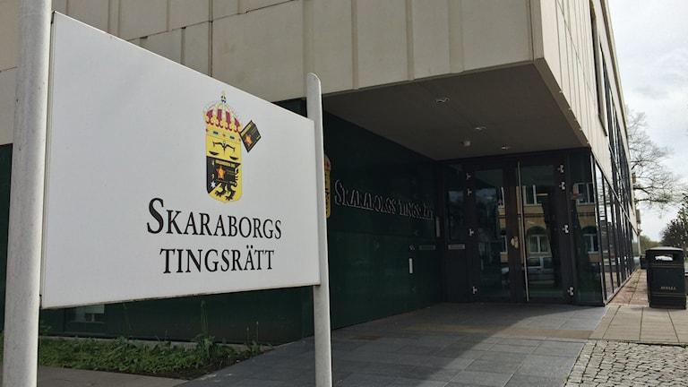 Ingången till Skaraborgs tingsrätt. Foto: Mats Öfwerström P4 Skaraborg Sveriges Radio.