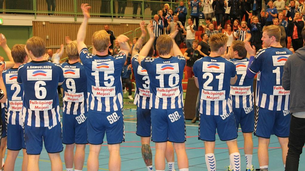 IFk Skövde tackar publiken för stödet i kvalet. Foto Tommy Järlström P4 Sveriges Radio.