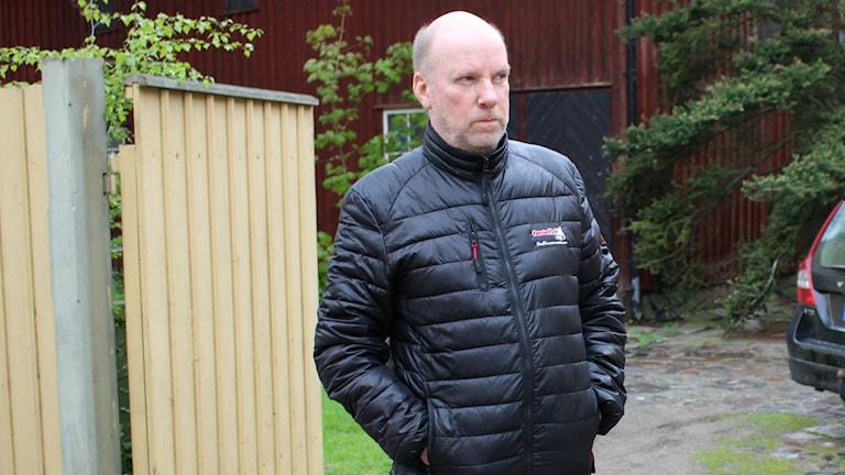 Kommunalrådet Kjell Hedvall (S) tänker inte längre strida för att stoppa uteserveringen utanför hans bostad. Foto: Jens Prytz/Sveriges Radio.