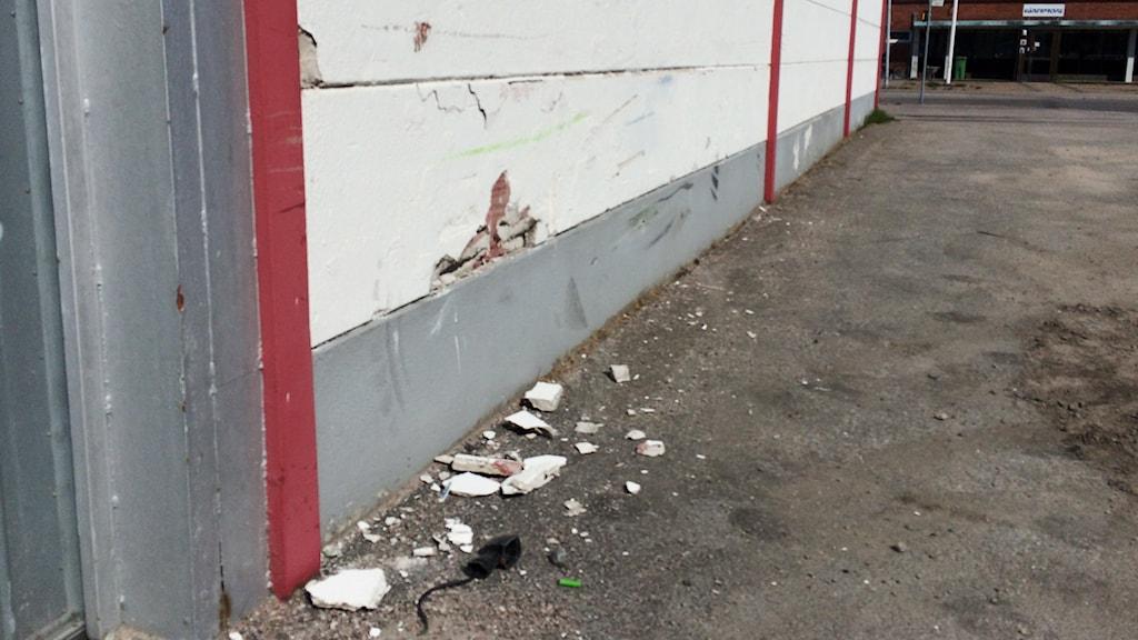Här på Mariagatan kraschade mc-förararen in i en vägg på en industrilokal. Foto: Mats Öfwerström / Sverigesradio
