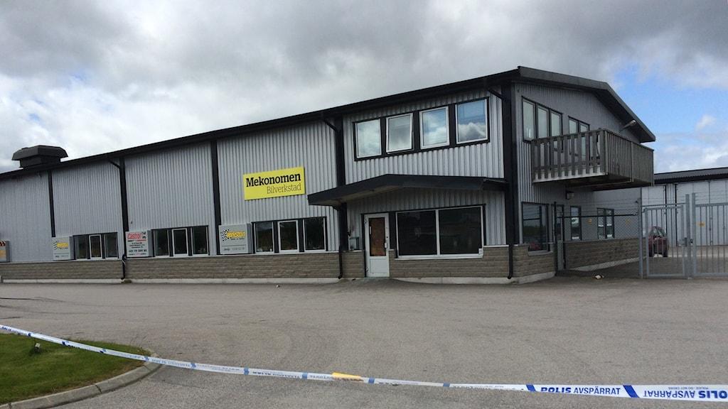 Polisen har spärrat av efter en anlagd brand i Verkstan bol och MC i Lidköping Foto: Annelie Hüllert Storm, P4 Skaraborg