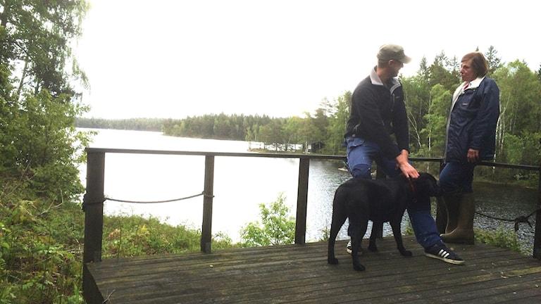 Henrik, labradoren Athena och mamma Lisbeth.