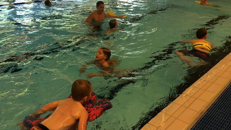 Simskola i simhallen på Molidens idrottsanläggning i Karlsborg