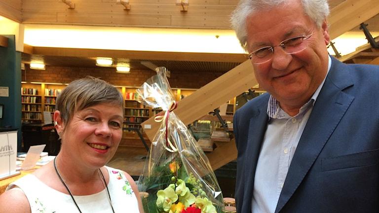 Susanne Sandberg tog emot pris som Årets läsombud 2015 av Roland Esaiasson. Foto: Ewa Ohlsson / Sveriges Radio