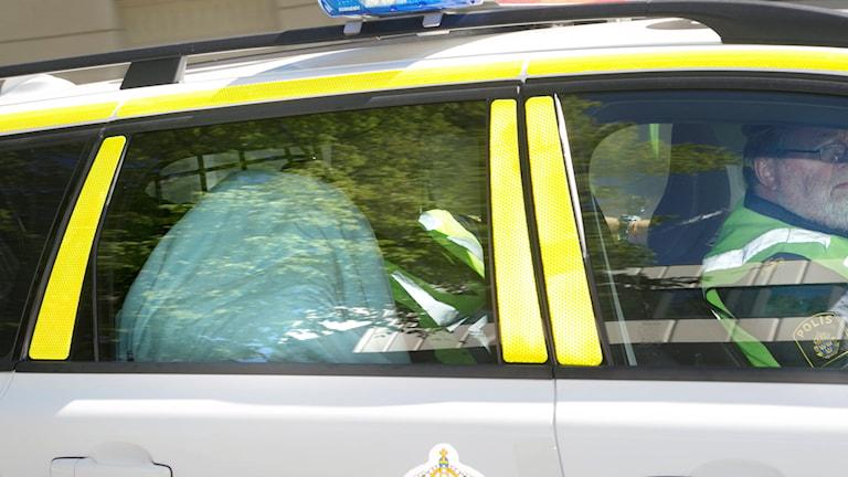 35-åringen anländer i polisbil med en filt över sig till Skaraborgs tingsrätt. Foto: Björn Larsson Rosvall / TT
