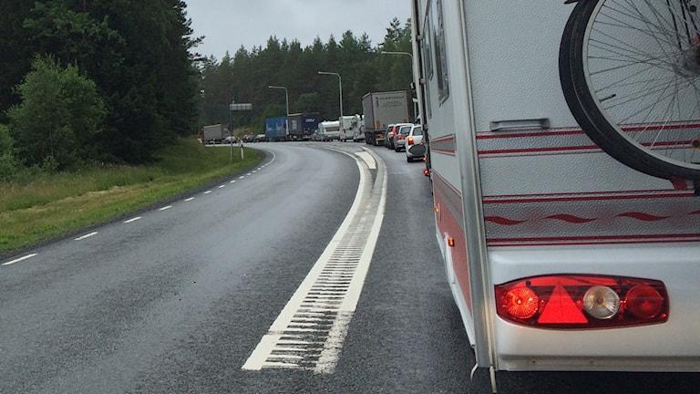 Långa bilköer på riksväg 26. Foto: Andreas Crona/P4 Skaraborg Sveriges Radio