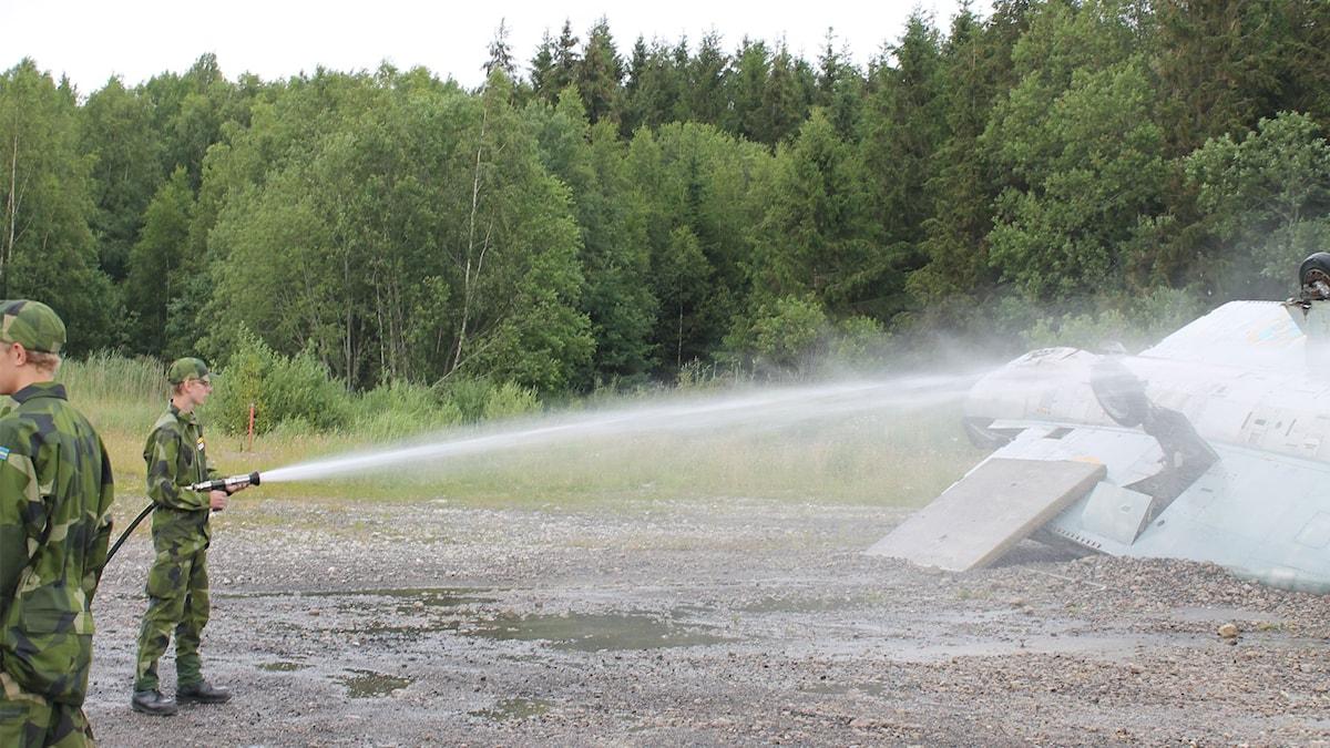 Sedan flera år är PFAS-användning förbjuden inom försvaret. Här får de prov Foto Tommy Alexandersson / Sveriges Radio