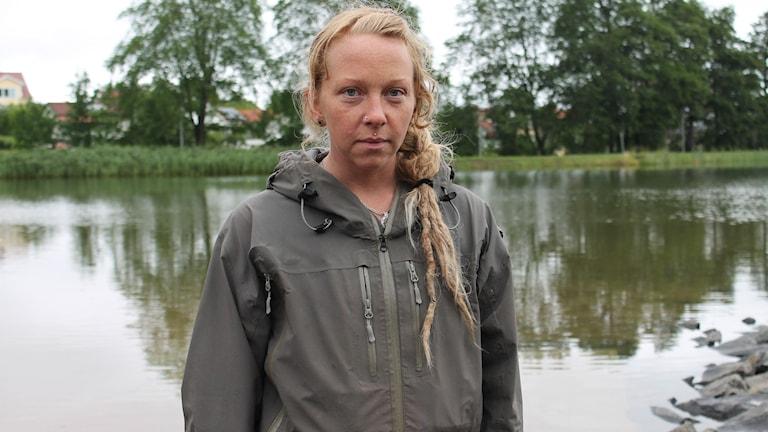 Lina Thorvald står framför Boulognersjön i Skövde. Foto: Annelie Hüllert-Storm/Sveriges Radio
