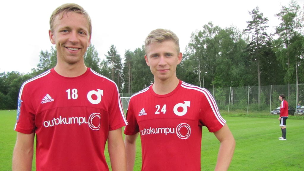 Storebror Hannes (t.v.) och lillebror Ludvig stortrivs i Degerfors färger. Foto: Jens Prytz/Sveriges Radio.