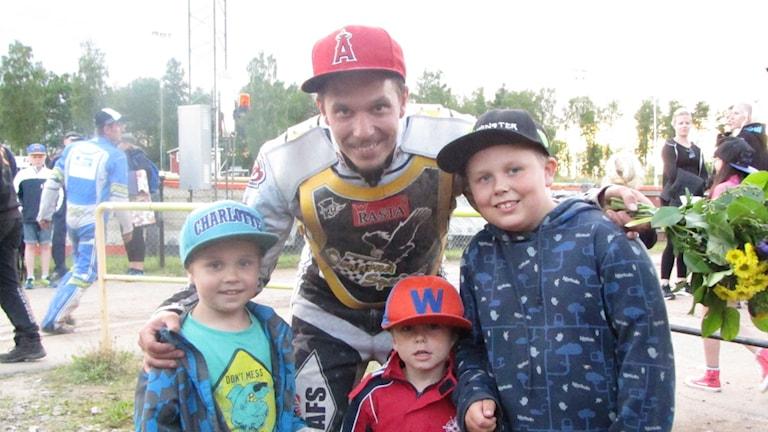 Magnus Karlsson med sina söner.