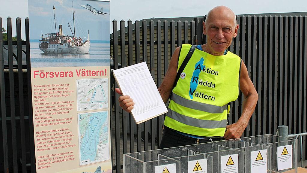 Bengt Eriksson ordförande Aktion Rädda Vättern står och samlar in namnunderskrifter. Foto: Annizeth Åberg/Sveriges Radio