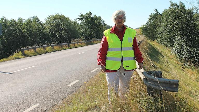 Ulla-Britt Hagström är ordförande i  Motormännen Skaraborg och står vid väg 194 mot Hjo.