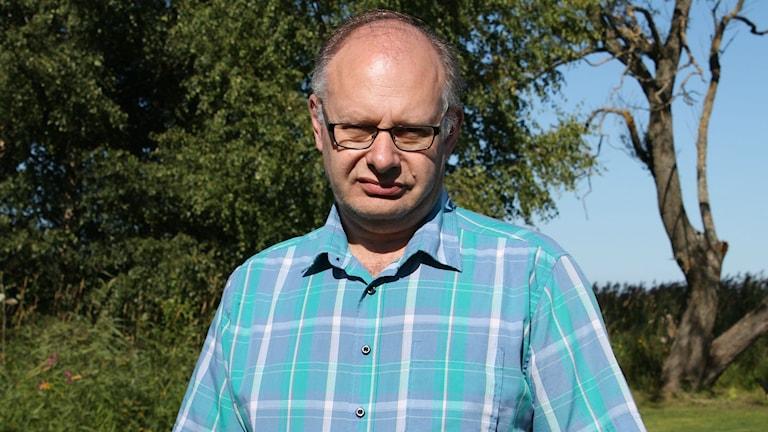 Ordförande i Samhällsbyggnadsnämnden Jonas Sundström tittar in i kameran med solen i ansiktet.