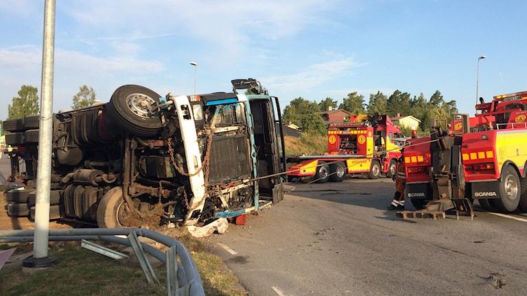 En lastbil välte i diket i Karlsborg vid tvåtiden i natt och räddningstjänsten har jobbat hela morgonen med att sanera diesel som läckt ut ur lastbilen. Foto: Mats Öfwerström P4 Skaraborg Sveriges Radio