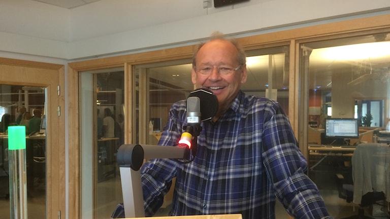 Psykiatriker Håkan Andersson i radiostudion iklädd rutig skjorta. Foto: Margareta Lilja/Sveriges Radio
