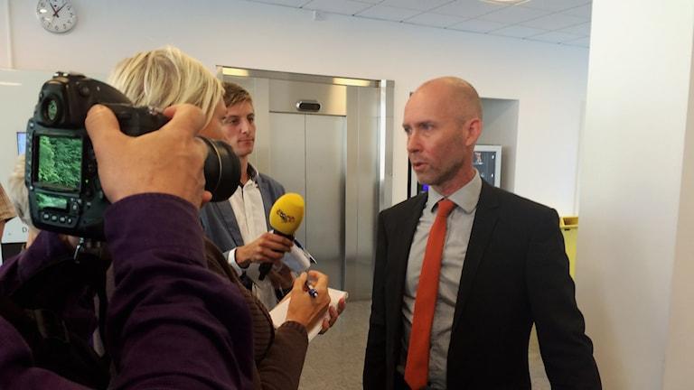 Vice chefsåklagare Lars-Göran Wennerholm efter omhäktningsförhandlingen. Foto: Mats Öfwerström / Sveriges radio