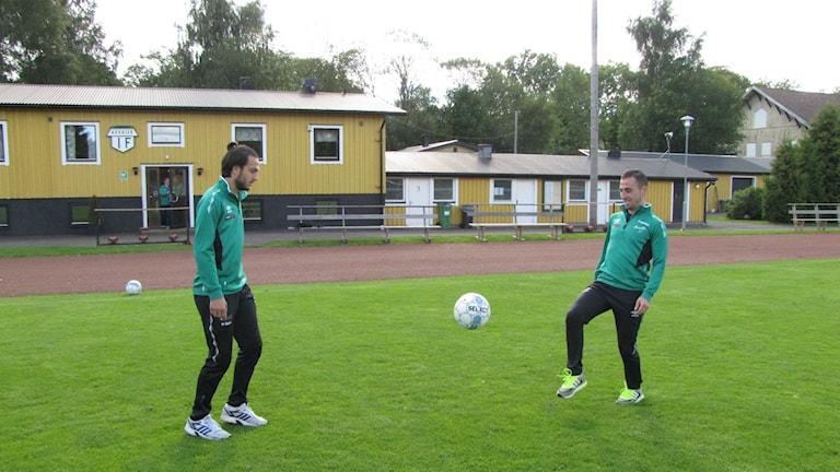 Mohammad Gahdri och Badie Mokhbat sparkar en fotboll mellan varandra. Foto: Andreas Johnsson/Sveriges Radio.