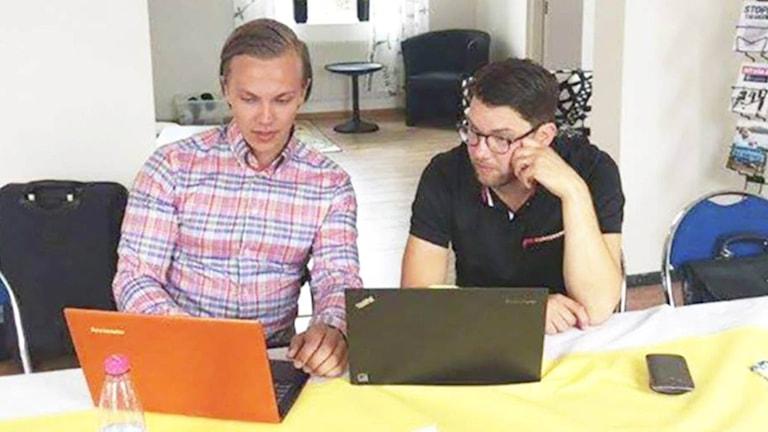 Sverigedemokraten Tobias Andersson tillsammans med SD:s partiledare Jimmie Åkesson. Foto: Henrik Vinge.