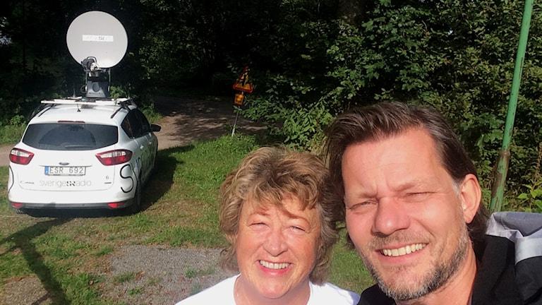 Ewa Ohlsson och Calle Sundblad på plats i Karlsborg. Foto: Calle Sundblad / Sveriges Radio.