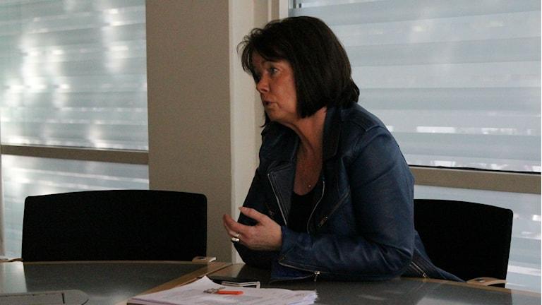 Katarina Jonsson kommunstyrelsens ordförande Skövde sitter vid ett bord och pekar. Hon är på presskonferensen i stadshuset. Foto: Tommy Alexandersson / Sveriges Radio