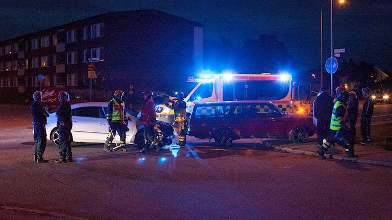 Två krockskadade bilar, räddningspersonal samt en ambulans. Foto: Torbjörn Axelsson.