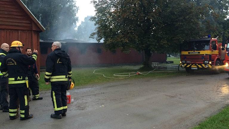 Det kommer rök ur den röda bagarstugan i Karlsborg.