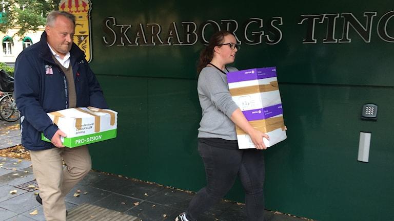 Per-Anders Andersson, kriminalinspektör, och Julia Eklund, åklagarkammaren, bär utredningen. Foto: Mats Öfverström/Sveriges Radio.