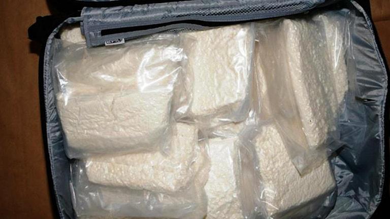 Resväska innehållande cirka 34 kg vacuumförpackad amfetamin. Foto: Polisen
