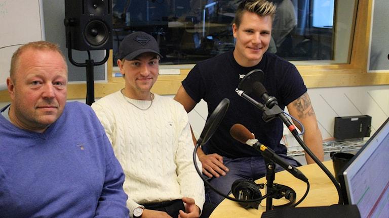 Henrik Alfredsson (Grästorps IK), Filip Engqvist (Mariestad BoIS) och Robin Andersson (Skövde IK) drabbar samman i studion. Foto: Malin G Pettersson/Sveriges radio