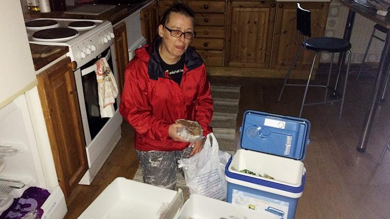 Towe Ljunggren tömmer frysen och flyttar hem till sin mor i väntan på att få elströmen tillbaka. Foto: Mats Öfwerström / Sveriges Radio