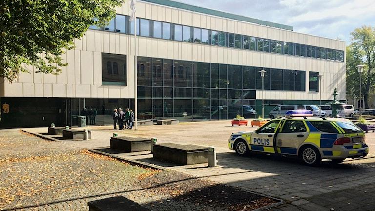 Det var förhöjda säkerhetsåtgärder vid tingsrätten när rättegången inleddes på torsdagen. Foto: Mats Öfwerström / Sveriges Radio
