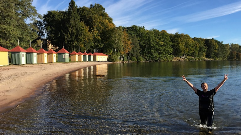 För att spränga 200 000 kronorsvallen i insamlingen tog Linda Gustavsson ett dopp i Vättern.