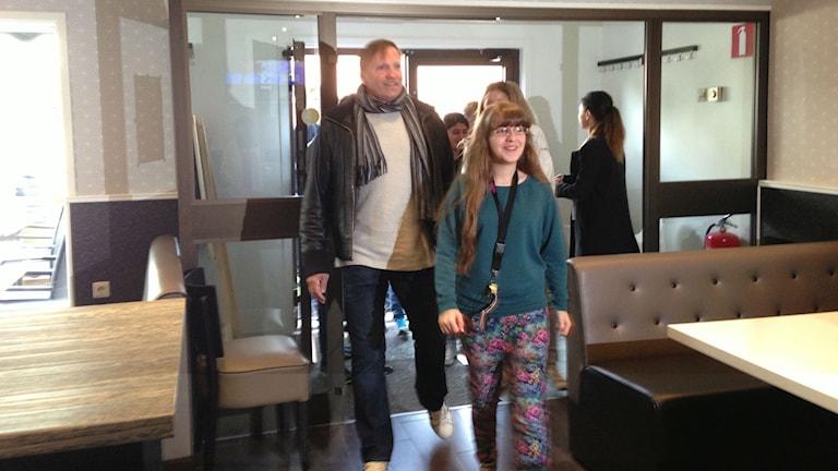 Nour El Safh och hennes lärare och klasskamrater anländer till pizzerian, där de tänker fira. Foto: Jenny Josefsson P4 Skaraborg Sveriges Radio