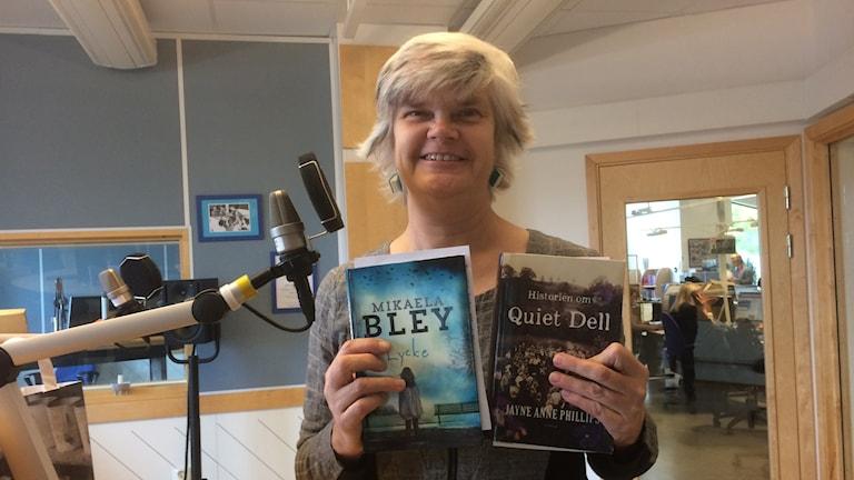 Yvonne Eriksen i studion men några nya böcker i händerna. Foto: Margareta Lilja/Sveriges Radio