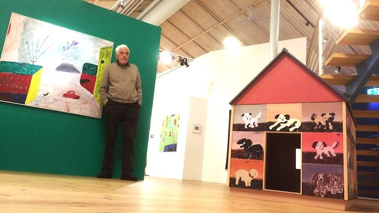 Torbjörn Nolkrantz på sin utställning. Foto: Christopher Johansson / Sveriges Radio