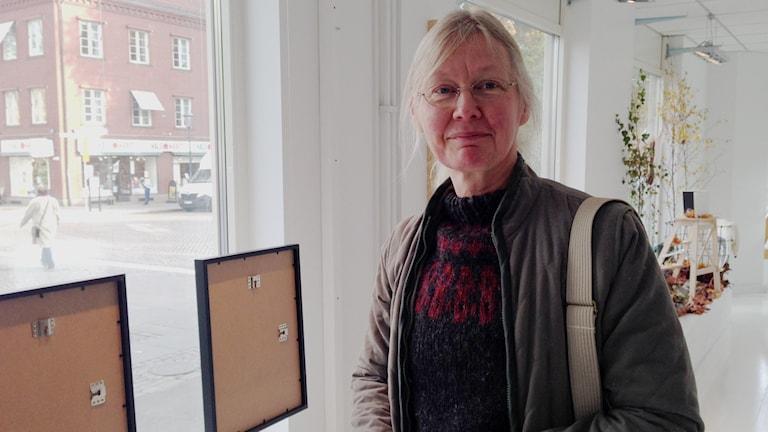 Eva Riise är en av konstnärerna som ställer ut på offentliga platser i Skövde. Foto: Linnéa Frimodig/P4 Skaraborg Sveriges Radio