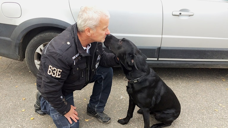 Hundföraren Benny Andersson och hans unghund Hellner. Foto: Mats Öfwerström / Sveriges Radio