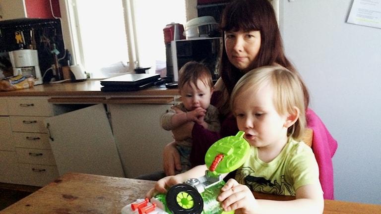 Åsa Hjelmström med dottern Melody och fyraårige sonen William. Foto: Mats Öfwerström / Sveriges Radio