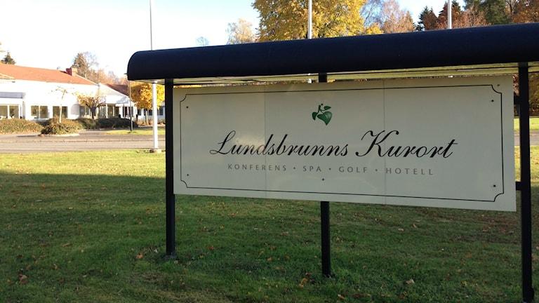 Skylt med texten Lundsbrunns kurort utanför fastigheten.